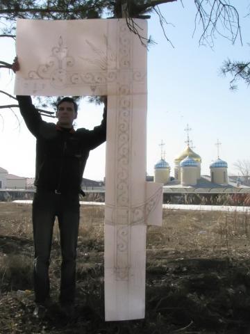 Аскар Адылов с картоном будущего креста