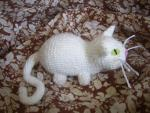 Белый вязаный котенок