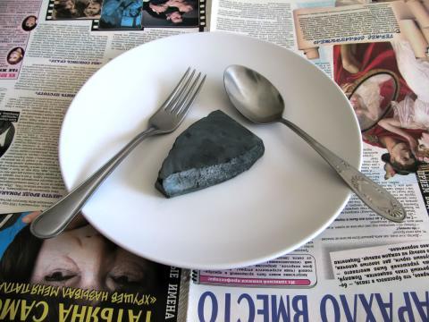 камень на тарелке